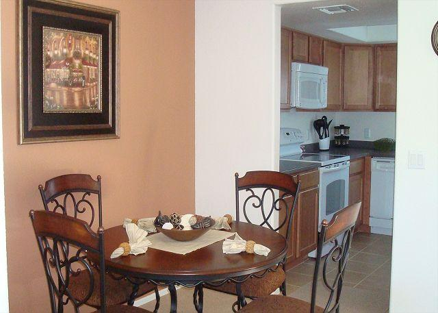 Dining Room/Kitchen - Second Floor Spacious 1 bedrm with den and Mountain Views - Tucson - rentals