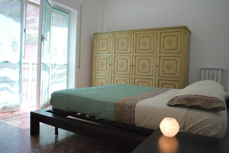 The cozy bedroom with its queen size bed ... - CHEAP & CENTRAL, your HOME in ROME - Rome - rentals