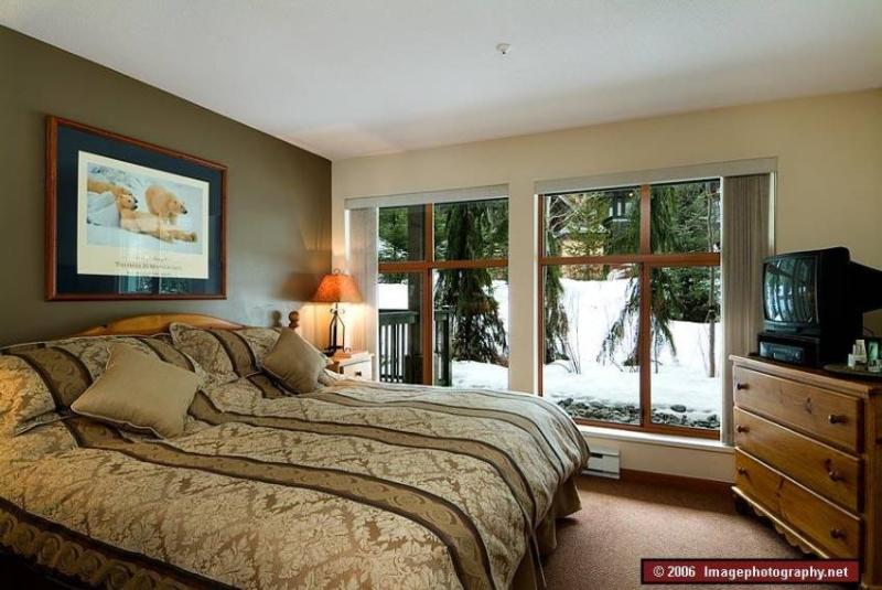 Luxurious Bedroom with King Sized Bed - Perfect Location - Hot Tub/Pool - Free WIFI and Parking - Whistler - rentals