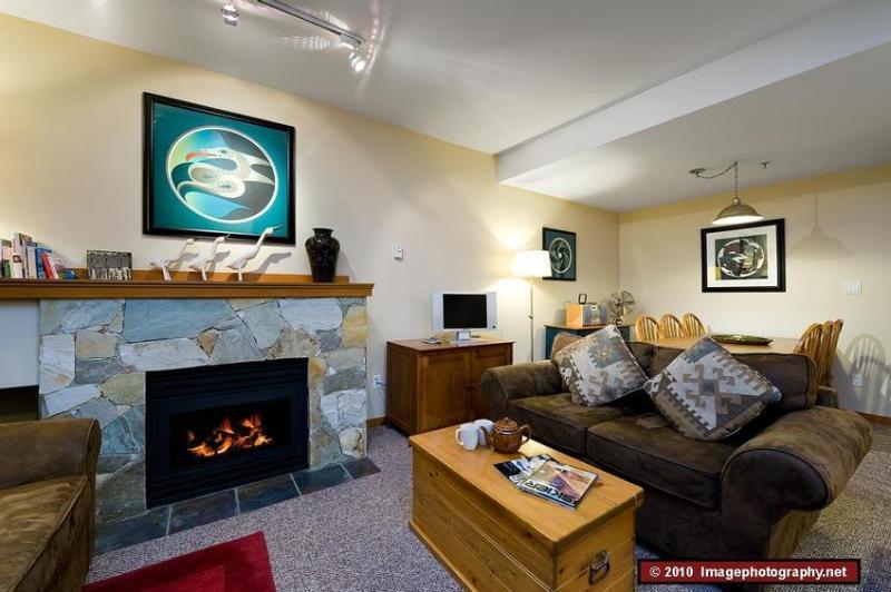 Open plan Living Area - 2 bedroom. 2 bathroom. Sleeps 7. Well equipped. Hot tub. Convenient. - Whistler - rentals