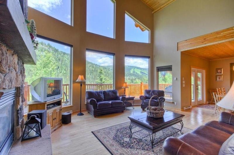 Spacious Great Room with a great view of the slopes. - Morrisey Chalet - Sun Peaks - rentals