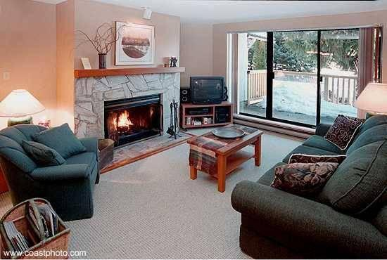 Relax and enjoy the private, quiet forest setting and Fitzsimmons Creek outside your living room window. - THE GABLES - Superior Location, Spacious, close to lifts & village - Whistler - rentals