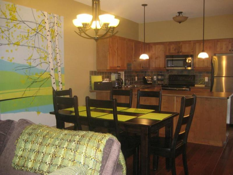 Spacious dining area adjacent to the kitchen - Birchnest at Settler's Crossing - Sun Peaks - rentals