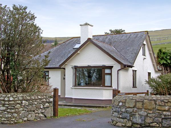 BRYNTEG, family friendly, with a garden in Llwyngwril, Ref 3934 - Image 1 - Llwyngwril - rentals