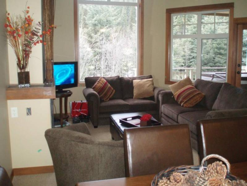 Thanks for checking out our home in Sun Peaks BC. Your photo tour starts in the 'living room', which is large and very comfortable. The mountain views are spectacular year round, in the winter watch the skiers glide by and golfers in the summer. Flat Scre - Powder Heaven - Sun Peaks - rentals