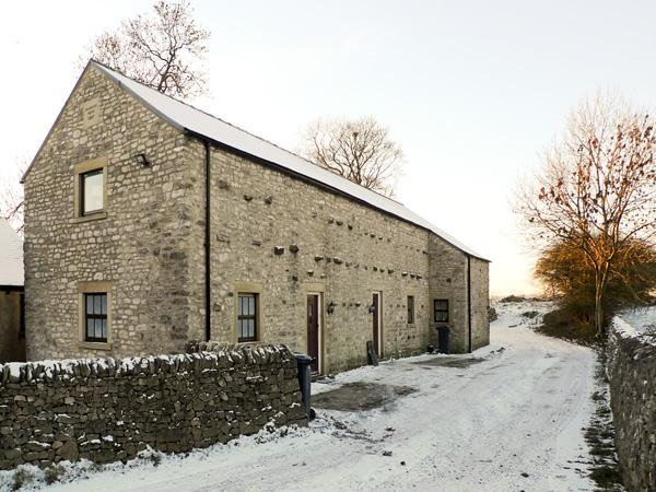 2 PRIMITIVE MEWS, pet friendly, character holiday cottage, with open fire in Chelmorton, Ref 4439 - Image 1 - Chelmorton - rentals