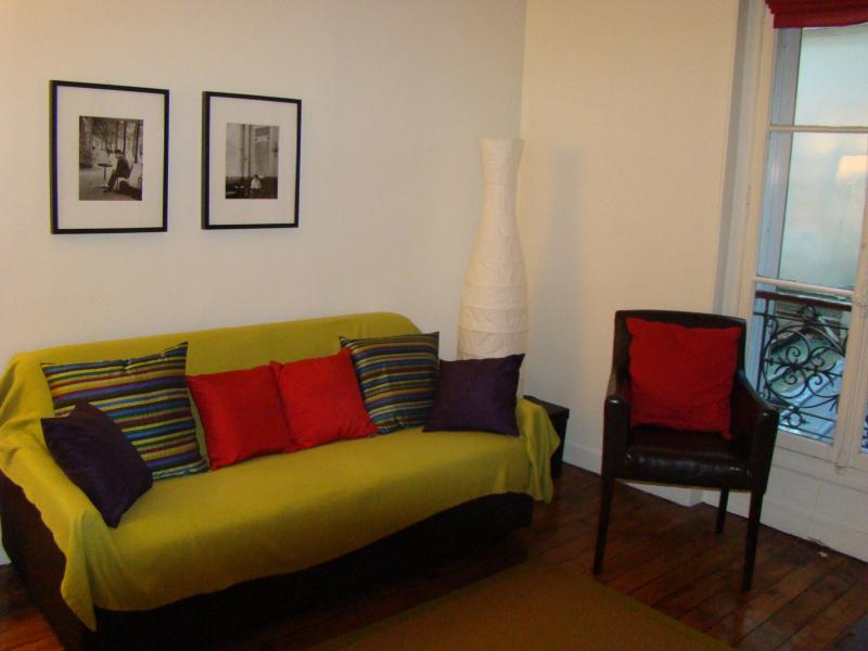 Living room - 2 Bedroom Paris Apartment Next to Eiffel Tower - Paris - rentals