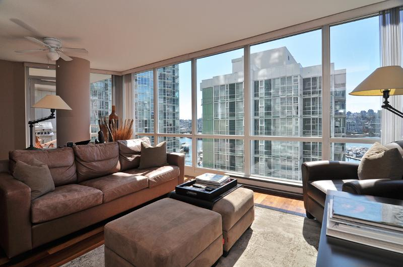 Bright and comfortable living with amazing views. - Downtown 2 Bedroom Condo in Trendy Yaletown with Water Views - Vancouver - rentals