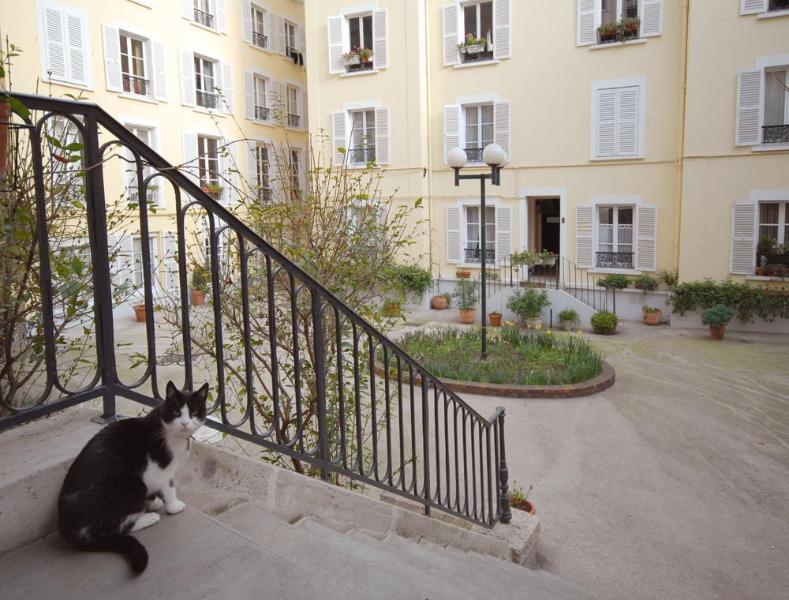 Courtyard entrance, flat in rear building - Montmartre Vacation Rental Hideaway - Paris - rentals
