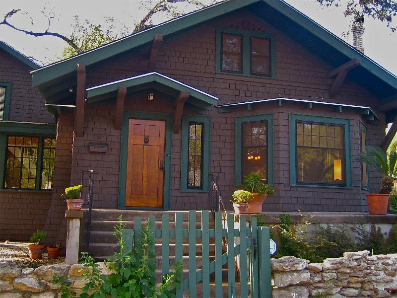 Front Porch and Entrance - Austin Historical Landmark Home, 1/2 Acre Grounds - Austin - rentals