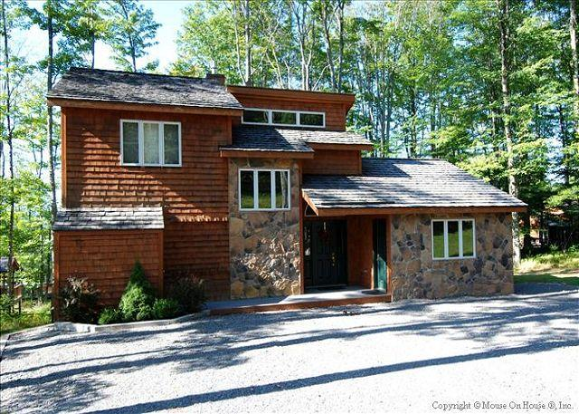 Glendalough is in a lovely wooded setting. - Walk to ski slopes, tennis courts, pond and horseback riding. - Canaan Valley - rentals