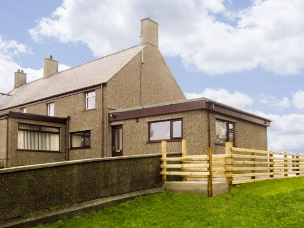 FFORDD DEG DDU, family friendly, country holiday cottage, with a garden in Beaumaris, Ref 4442 - Image 1 - Beaumaris - rentals
