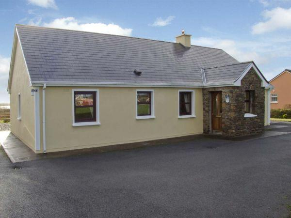 LINKS VIEW, pet friendly, with a garden in Ballinskelligs, County Kerry, Ref 4477 - Image 1 - Ballinskelligs - rentals