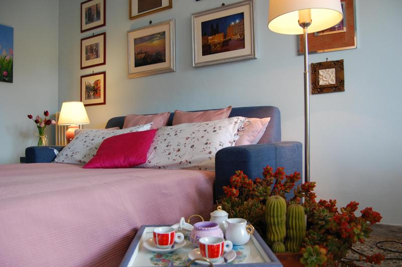 Sofa bed in living room - A Haven in Rome, 1 min from tube, free WI-FI, A/C - Rome - rentals