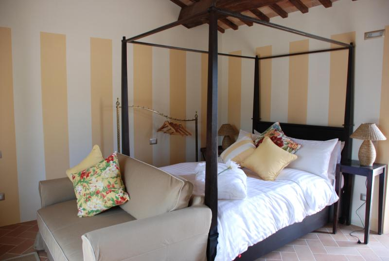 Apartment four-poster beds - Four-poster bed, pool, private garden, great views - San Ginesio - rentals