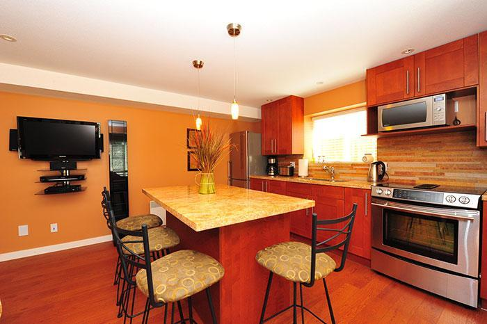 Kitchen and dining area - Luxurious lrg suite next to lakes, trails & nature - Port Moody - rentals
