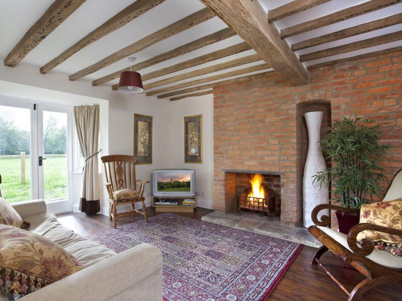 Sitting room with french windows into the garden overlooking paddock - Farm Cottage - Oxford - rentals
