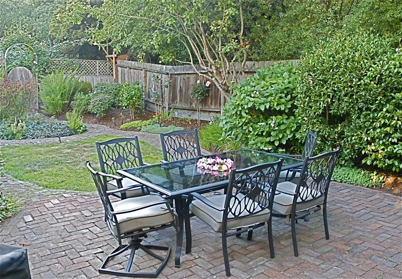 Backyard patio with table and chairs. Full barbecue. - Tranquil setting near all San Francisco has to offer - San Francisco - rentals