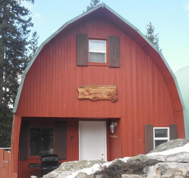 Front of cabin - Deluxe Cabin at Idabel Lake Resort - Kelowna - rentals