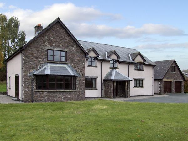 BRYNICH VILLA, family friendly, country holiday cottage, with a garden in Brecon, Ref 4400 - Image 1 - Brecon - rentals