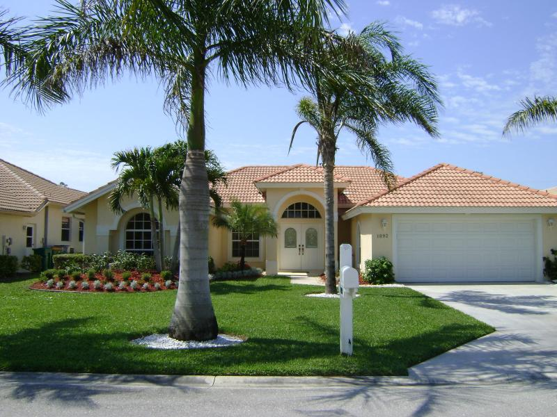 Front of villa - Lovely Briarwood villa lake/fountain view NR Beach - Naples - rentals