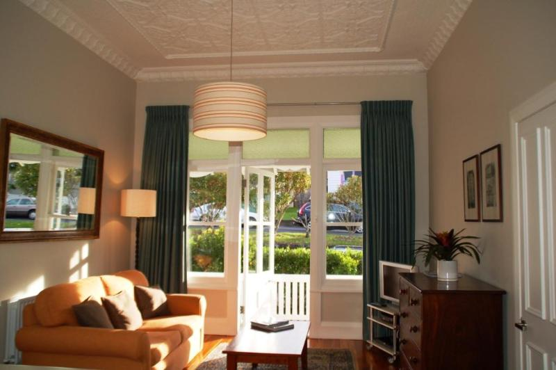 Spacious and bright lounge with original 12ft cieling - Luxury apartment short term accommodation Auckland - Devonport - rentals