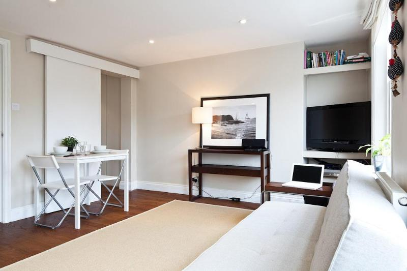 Living room with bright windows, and entertainment system - SPECIAL OFFER Trendy Flat w terrace Angel London - London - rentals