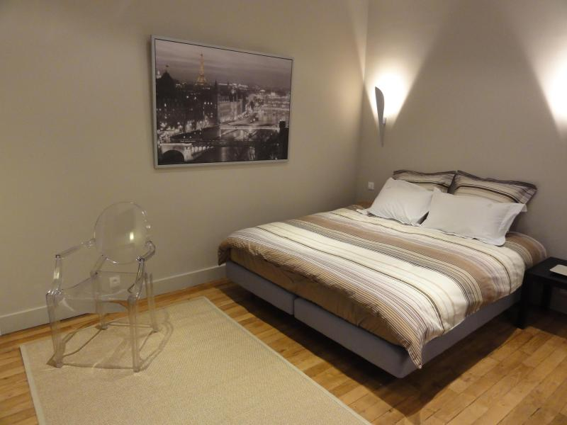 Overall view with king size bed - Luxury designer studio 5' walk to Champs Elysées - Paris - rentals