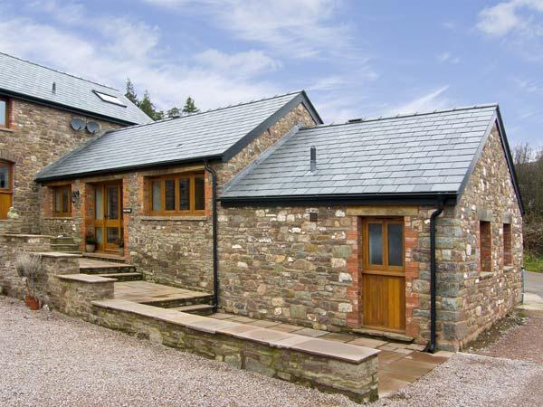 THE BYRE, romantic, luxury holiday cottage, with a garden in Llanddewi Skirrid, Ref 5118 - Image 1 - Abergavenny - rentals