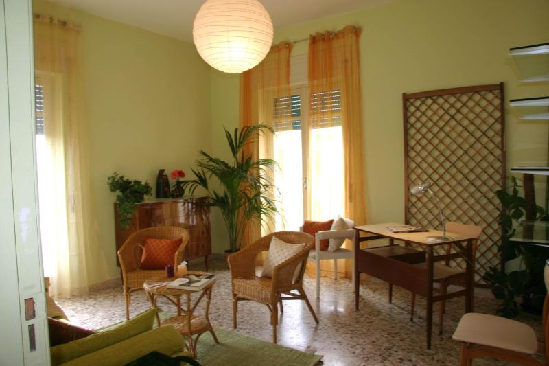 Comfortable living room, with stereo system, books and games for all ages. - Casa Nereidi: Beautiful rental, 50m from the beach - Marina di Ragusa - rentals