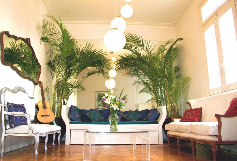 Yes, the guitar (and a tuner) is included! - Quirky Luxe: Chandeliers, Vino, cells, Jacuzzi tub - Buenos Aires - rentals
