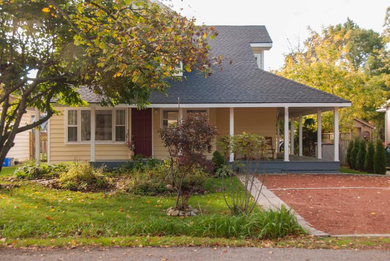 Butterfly cottage has a wrap around covered porch - Easy walk to shops, dining, theatre, parks, grocer - Niagara-on-the-Lake - rentals