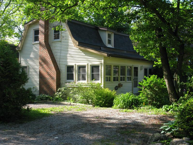 Front of House - Dreamweaver Cottage, quaint loft cottage, sleeps 4 - Niagara-on-the-Lake - rentals
