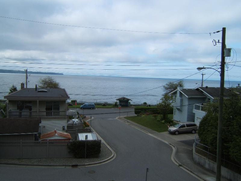 View from your suite Just walk across the street to the beach and stroll the promonade - 2bedroom 2 bathroom oceanviewfully equipped suite - White Rock - rentals