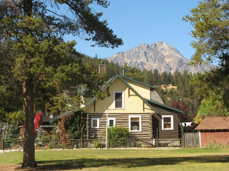 The Bear's Den Log House in the town of Jasper - Bear's Den: 2 bdrm/kitchen suite in Jasper town - Jasper - rentals