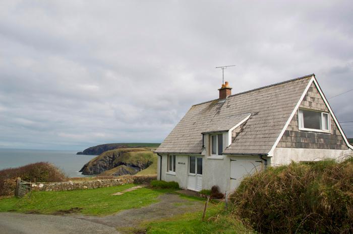 Holiday Cottage - Cnwc y Wylan, Ceibwr Bay - Image 1 - Pembrokeshire - rentals