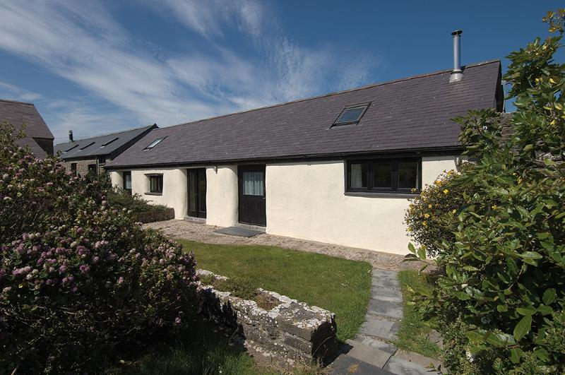 Five Star Pet Friendly Holiday Home - The Byre, Castlemartin - Image 1 - Castlemartin - rentals