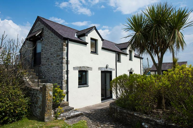 Five Star Pet Friendly Holiday Home - The Granary, Castlemartin - Image 1 - Castlemartin - rentals