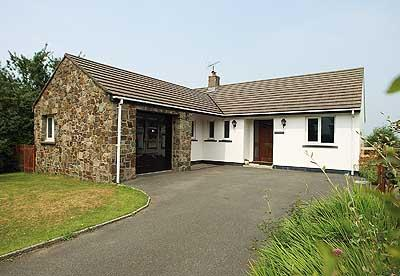 Pet Friendly Holiday Home - The Willows, Pwllgwaelod - Image 1 - Pembrokeshire - rentals