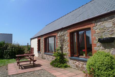 Pet Friendly Holiday Cottage - Ploughmans Cottage, Nr St Brides - Image 1 - Pembrokeshire - rentals