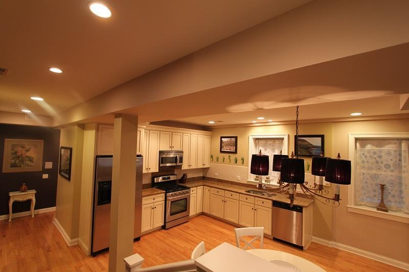 Kitchen, dining area....... - Chicago North Shore Luxurious 2 bedroom condo - Chicago - rentals