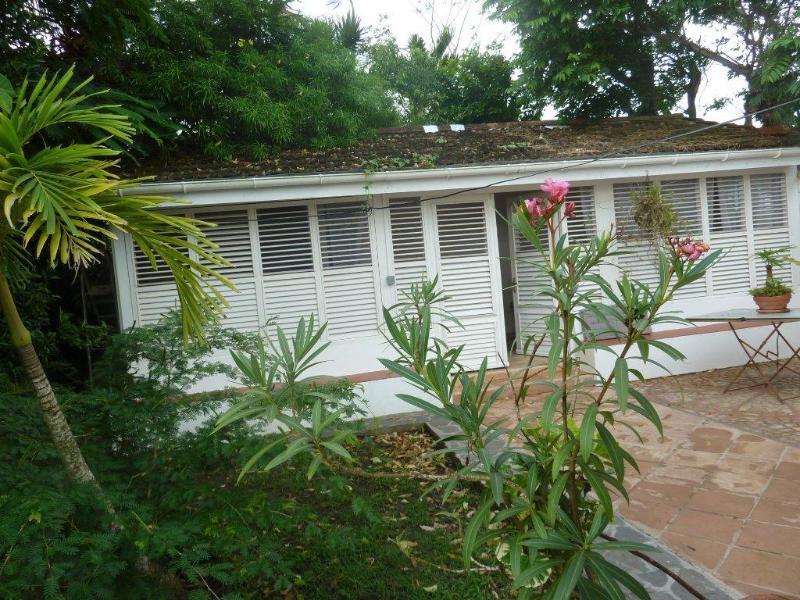 la chambre caraïbes et devant le petit patio fleuri - 3 chambres d'hôtes de charme en Martinique - Le Francois - rentals