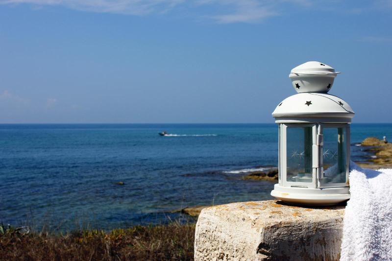The little lighthouse of Villa Le Tamerici is the first welcome from the beach! - Tamerici: A sunny & quiet getaway on the beach - Ragusa - rentals
