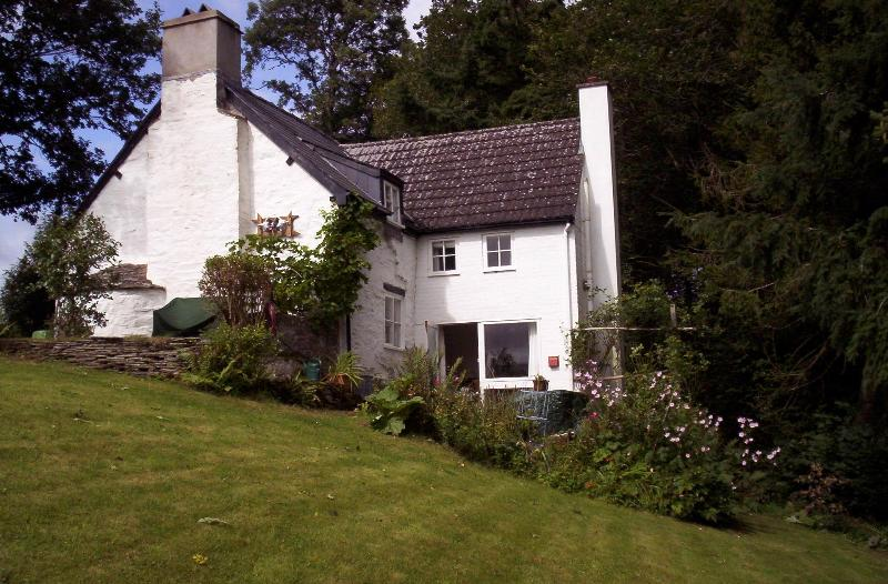 view from the south, enclosed garden - CWM SIRHOWY HOLIDAY COTTAGE - Hay-on-Wye - rentals