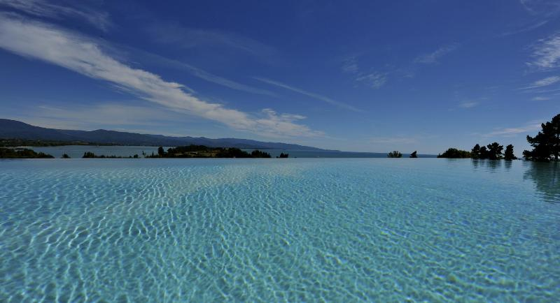 View from pool towards Abel Tasman N.P. - beachfront luxury villa with 22 m pool and helipad - Tasman - rentals