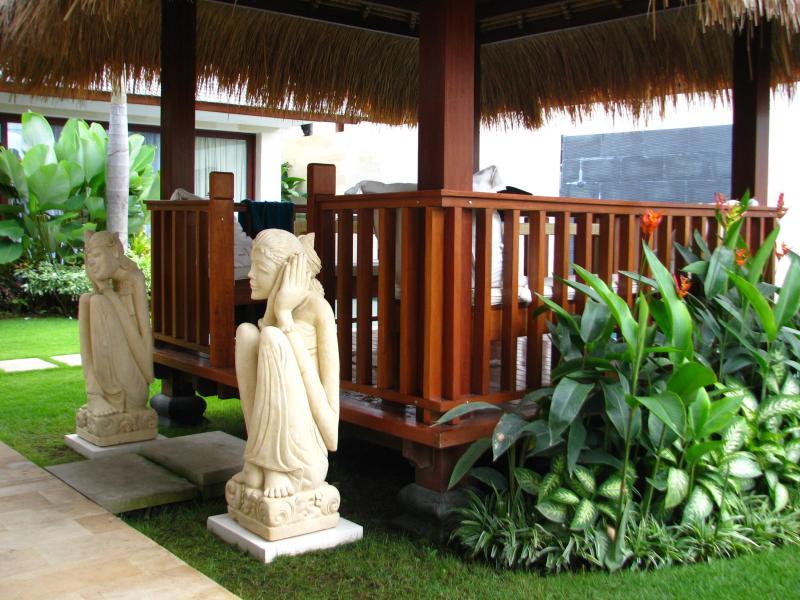Enchanting entrance to the bale - SPARKLING, SPACIOUS, SAFE - Villa Samsara, Canggu - Canggu - rentals