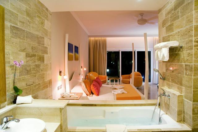 Jetted tub surrounded by travertine marble tiles + 4-poster king size bed - Bring your special someone...the rest is all-inclu - Puerto Plata - rentals