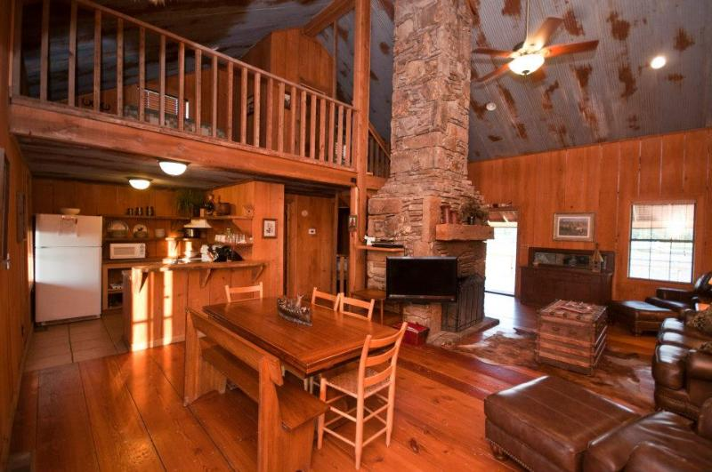 Ferguson Homestead main floor has plenty of room for family or groups. Accommodates up to 12 guests. - Bear Creek Log Cabins - Saint Joe - rentals