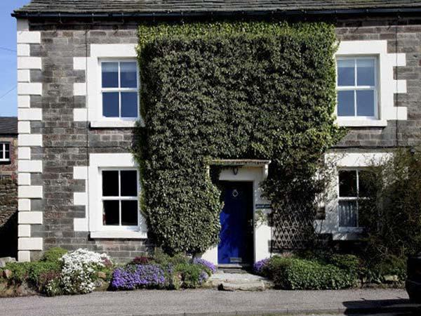 MILLWARD HOUSE, pet friendly, character holiday cottage, with a garden in Longnor, Ref 5407 - Image 1 - Longnor - rentals