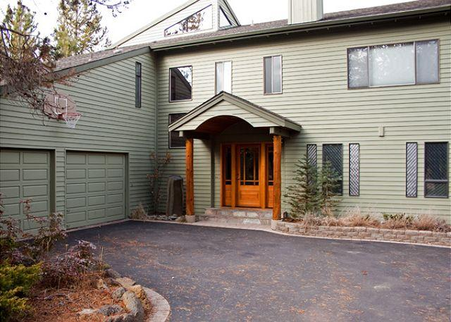 Front View of the home - Spring Rates Sunriver Home with Bonus Room and Pet Friendly Near Shopping - Sunriver - rentals